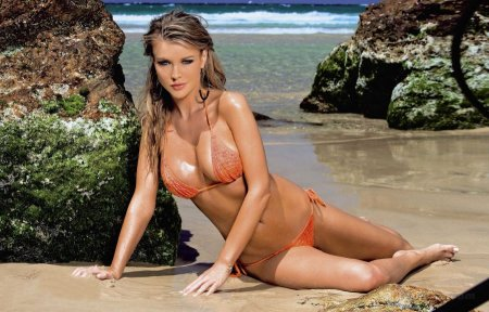 Влажная Joanna Krupa в бикини