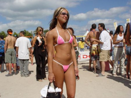 Девушка в розовом бикини