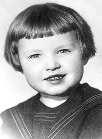 Кто прячется за этой детской фотографией?