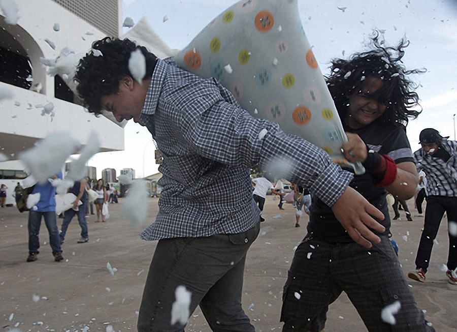 По всему миру прошли масштабные бои подушками