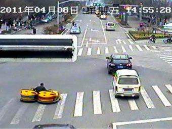 Китаец выехал на автодорогу на двух аттракционных электромобилях
