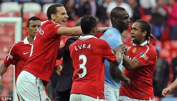 """Рио Фердинанд и Марио Балотелли оказались в эпицентре скандальных сцен после дерби Манчестера на """"Уэмбли"""""""