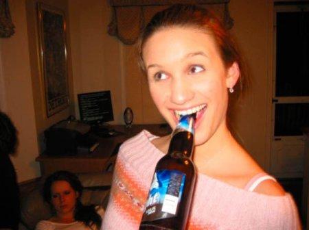 Девушки как-то странно пиво пьют!