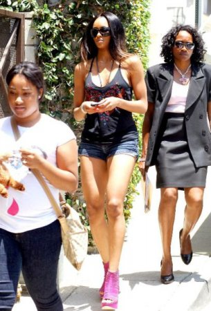 Девушки в коротких джинсовых шортиках