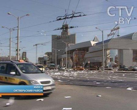 """""""Бумажный дождь"""" накрыл привокзальную площадь в Минске"""