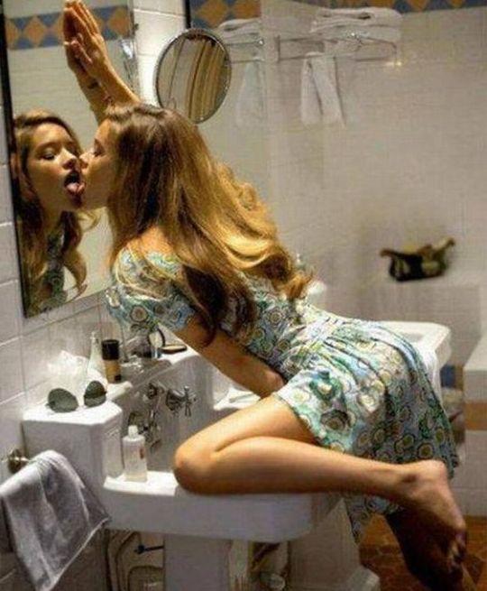 Красивые девушки совершают странные поступки
