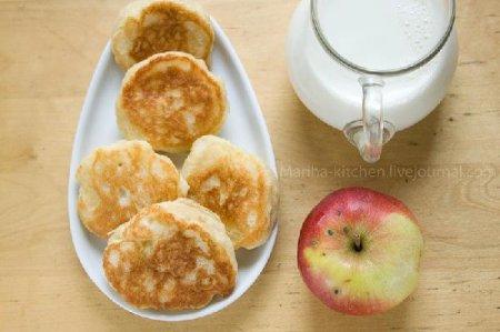 Оладьи на дрожжевом тесте с яблоками