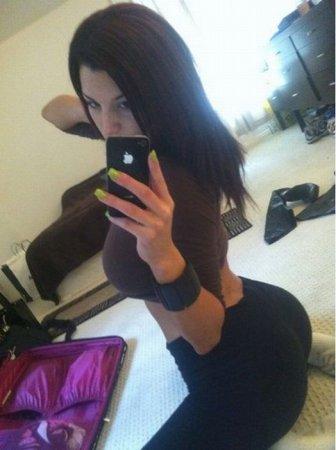 Полуголые девушки показывают свои iPhone