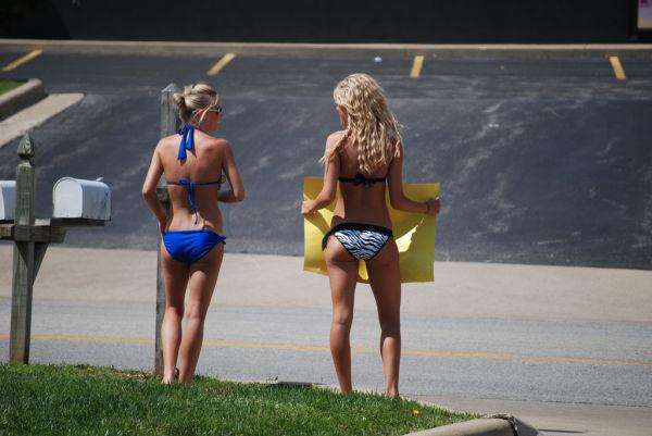 Девушки моют машины