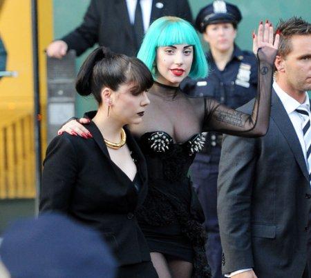 С груди Леди Гаги сползло платье