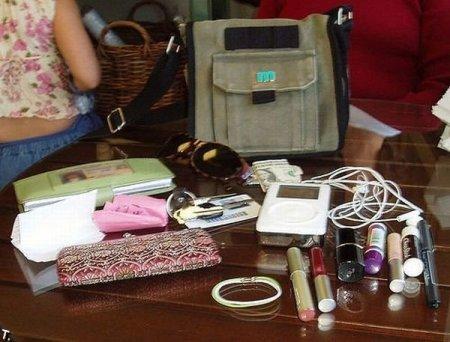 В женских сумочках нашлось место даже для кукол вуду