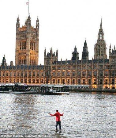 Британский иллюзионист прогулялся по Темзе
