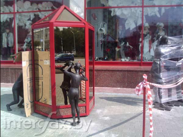 У ЦУМа поставили памятник семье шопоголиков