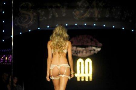 """В Колумбии прошел показ нижнего белья """"Сексуальная ночь 2011"""""""
