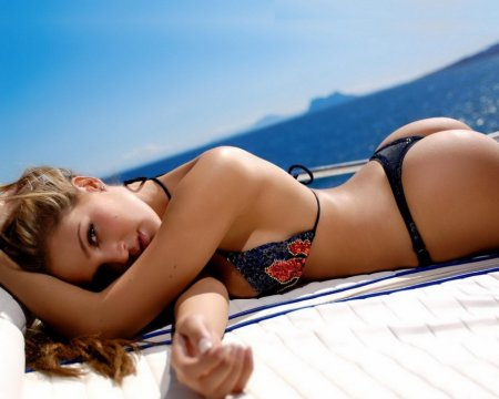 Что девушкам идет больше: форма или купальники?
