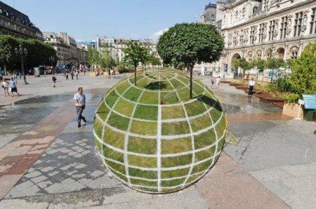 Зеленый земной шар - оптическая иллюзия в самом центре Парижа