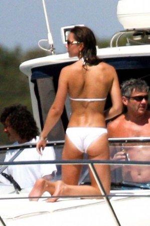 Пляжный сезон сейчас в самом разгаре - красивые девушки на яхтах
