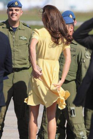 Принцесса Англии светит попкой