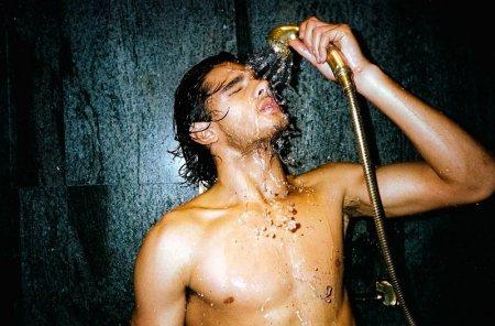 В Гонконге предложили лечить геев холодным душем