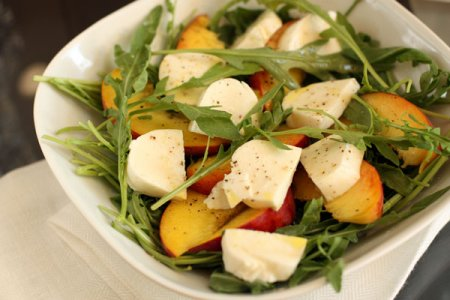 Салат с персиками и моцареллой
