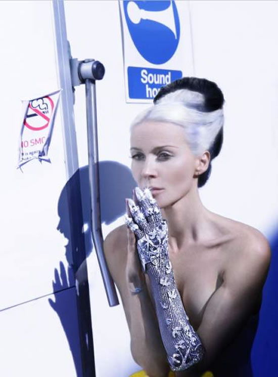 5 000 бриллиантов на потрясающей «ювелирной» перчатке Дафни Гиннес
