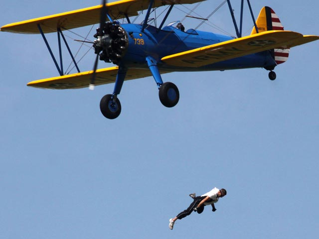 Американский каскадер разбился на глазах у тысяч зрителей, сорвавшись с крыла самолета