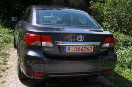 Появились первые фотографии обновленного седана и универсала Toyota Avensis