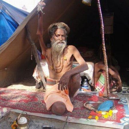 Амар Бхарти (монах-отшельник) 38 лет не опускал руку