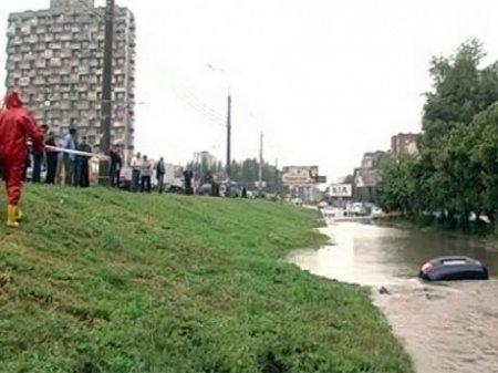 В Самаре утонула машина