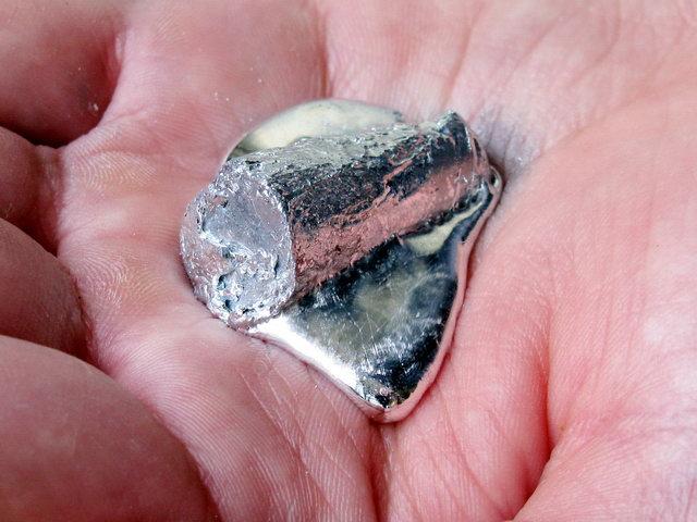 Расплавленный металл на коже