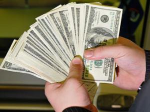 Россияне бросились скупать доллары