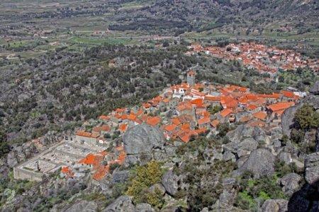 Деревня в гигантских валунах
