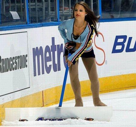 Снегоуборочные снегурочки с хоккея