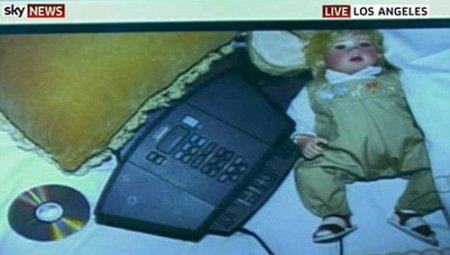 Майкл Джексон умер в обнимку с детской куклой