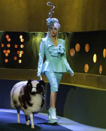 Леди Гага пришла на телешоу с бараном