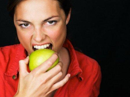 Яблоки опаснее для зубов, чем газированные напитки