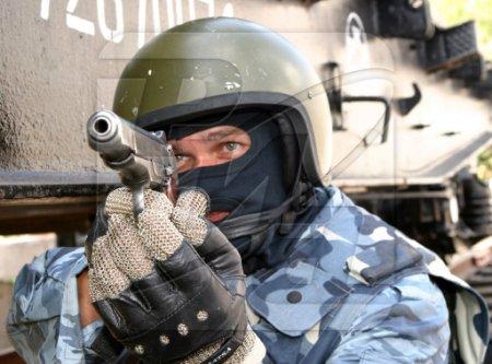 Омоновец прострелил себе голову,играя с пистолетом