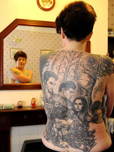 Фанатка украсила спину тату с героями «Сумерек»