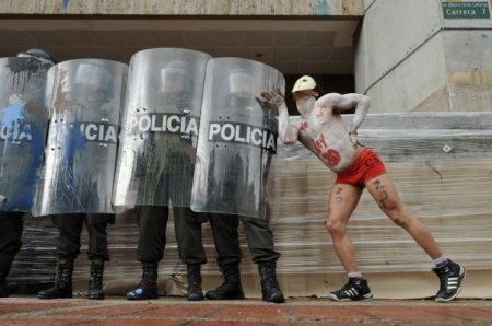Колумбийские студенты с любовью против полиции