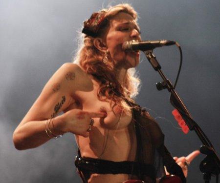 Кортни Лав устроила стриптиз во время концерта