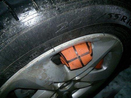 Как снять примерзшее или прилипшее колесо