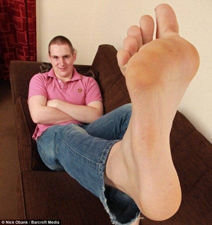 Парень с ногами - ластами