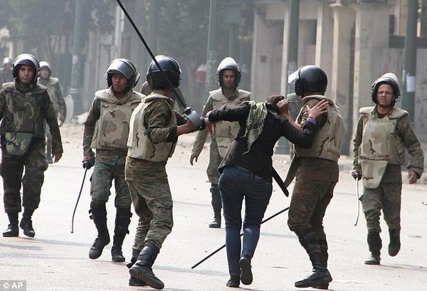 Военная полиция против протестующих женщин