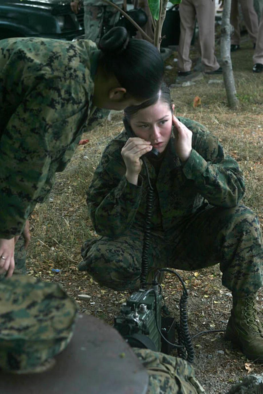 Актрис женщина в армии переодевается фото эро
