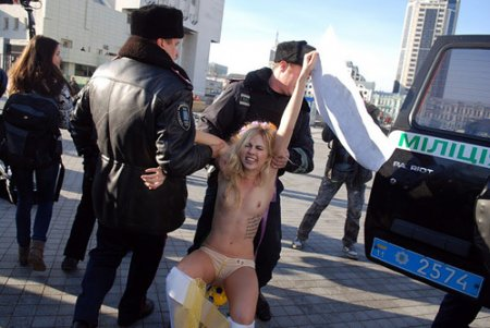 Украинские феминистки голой грудью защитили «свои ворота»