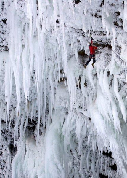 Восхождение на замёрзший водопад