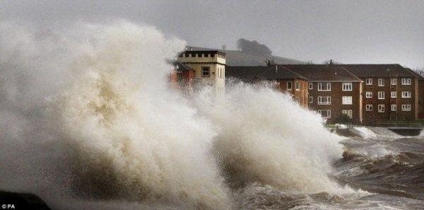 А в Шотландии ураган