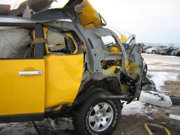 Автомобиль после взрыва баллона
