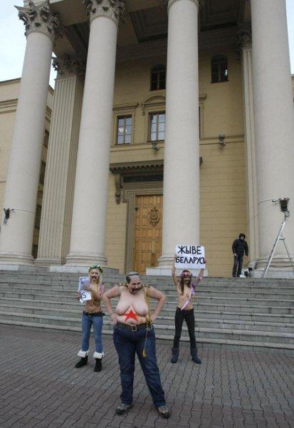 Актывісткі Femen раздзеліся каля беларускага КДБ (обновляется)