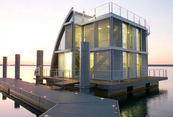 Плавающий дом на озере Люсатиан